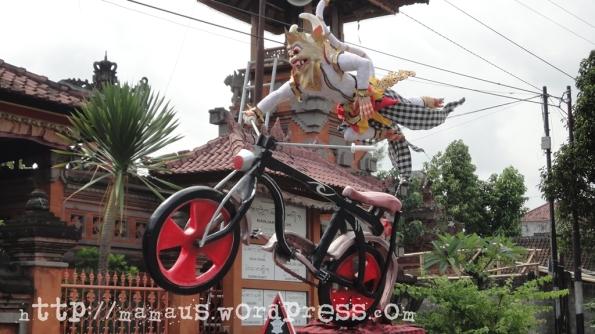 Hanoman Mengendarai Sepeda